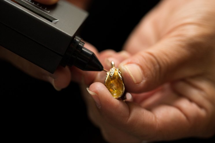 Cara Cek Cincin Emas Asli tanpa Datang ke Ahli